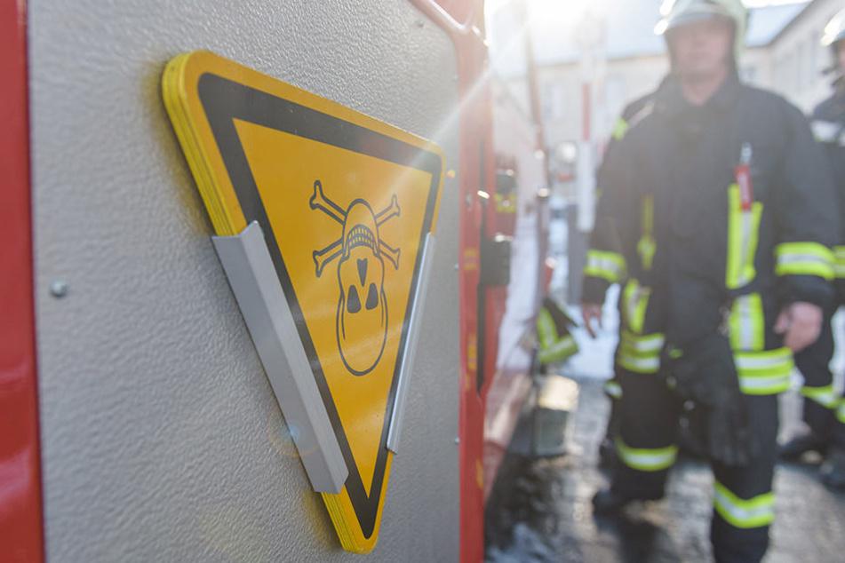 Beim Öffnen des Briefes rieselte das weiße Pulver heraus, die Mitarbeiter des Jobcenters riefen sofort die Feuerwehr (Symbolbild).