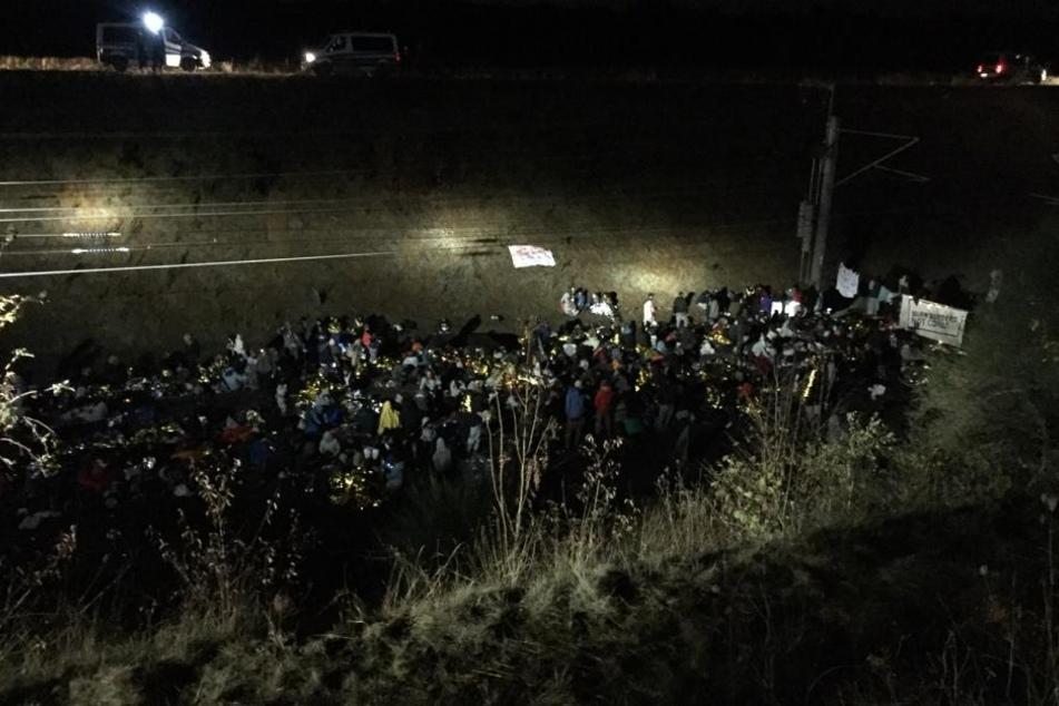 Die Aktivisten kündigten an, über Nacht auf den Gleisen zu bleiben.