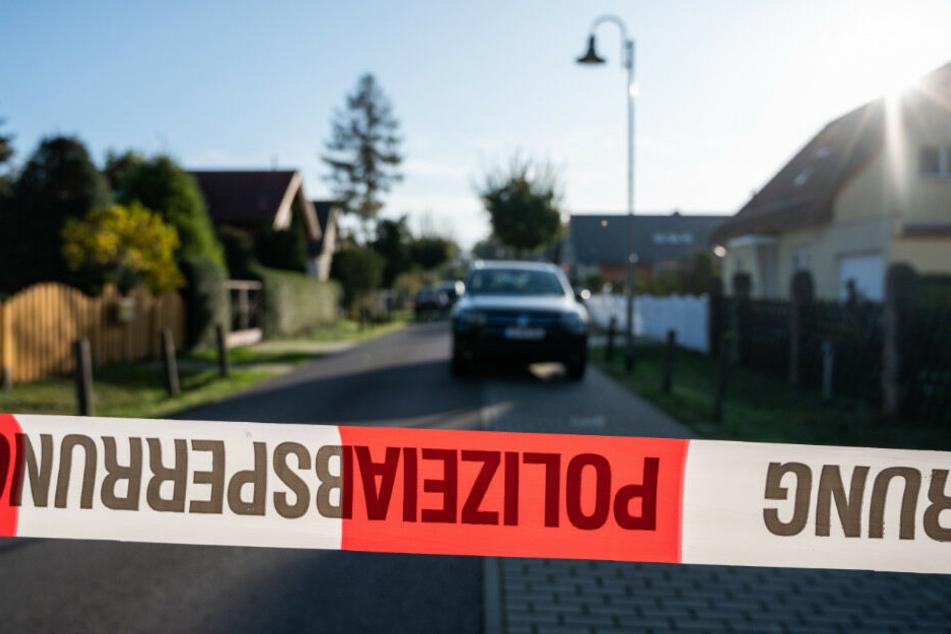 Die Polizei sichert die Straße in Teltow mit einem Absperrband ab.