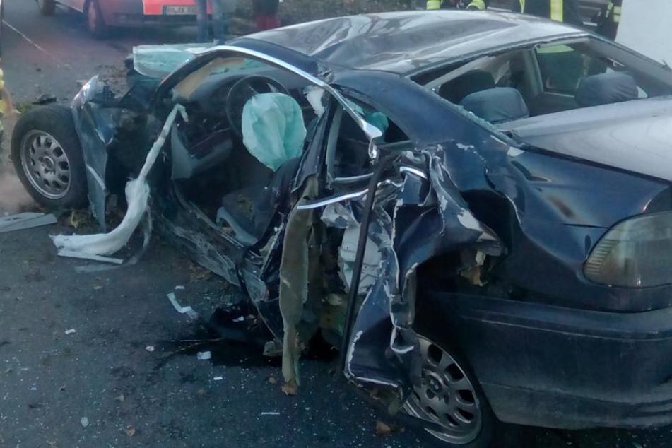 Der Fahrer musste von der Feuerwehr aus dem Autowrack befreit werden.