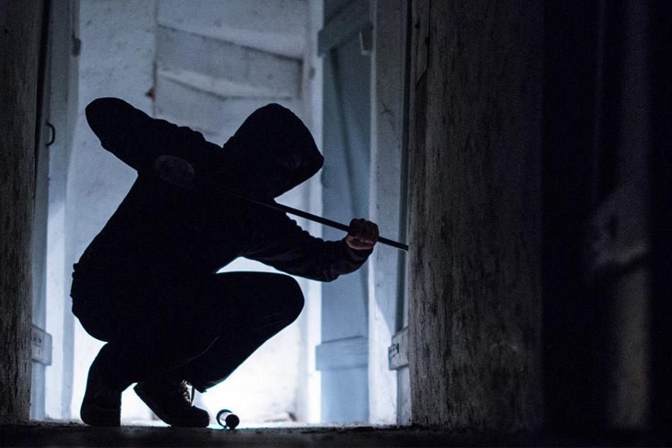 Einer der Rettungssanitäter konnte den Einbrecher beschreiben. Wenig später tauchte an einer Tankstelle ein Mann auf, der genau auf die Beschreibung passte. (Symbolbild)