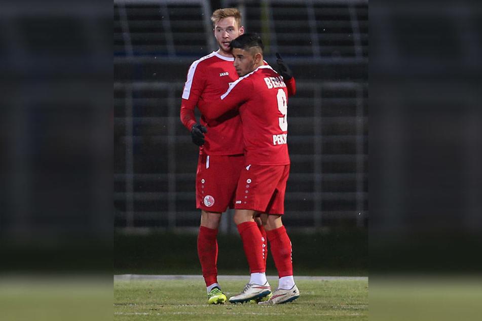 Ausgerechnet Ex-Lok-Spieler Felix Brügmann (l., mit Ozan Pekdemir) erzielte das 1:1 für seinen neuen Verein Berliner AK.