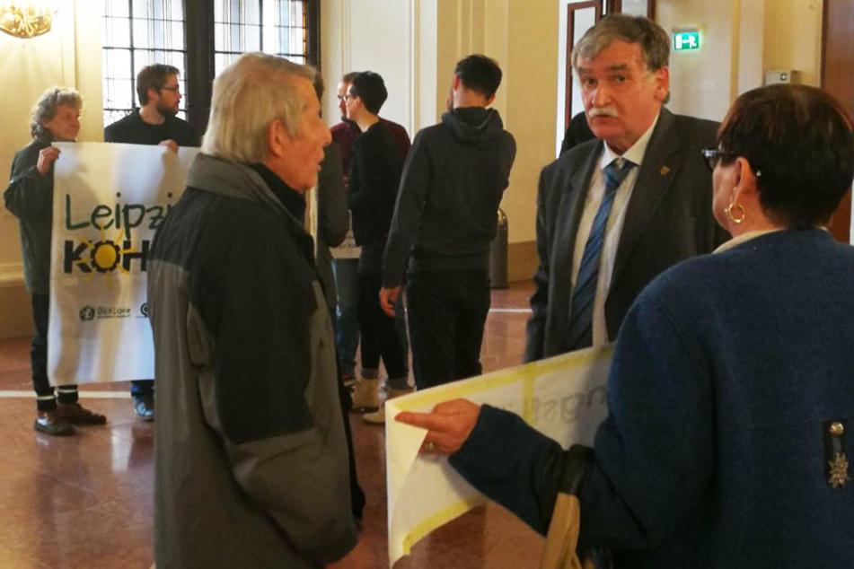 Auch mit Stadtrat Siegfried Schlegel (LINKE, re.) diskutierte der Senior.