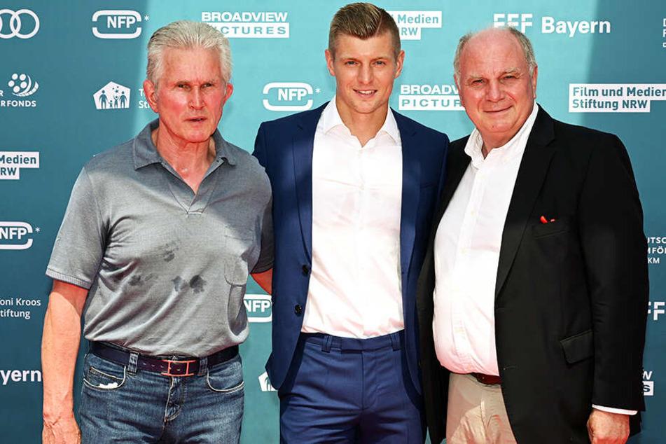 """Bayern-Präsident Uli Hoeneß (r.) mit Toni Kroos (M.) und Jupp Heynckes bei der Weltpremiere von """"Kroos""""."""