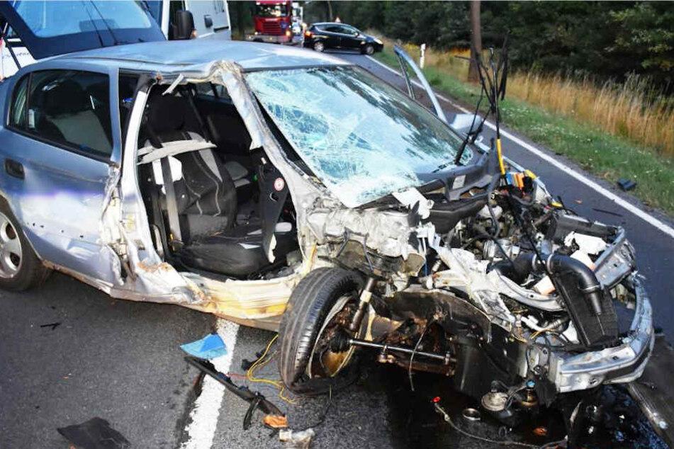 Der Opel wurde durch den Aufprall auf die Straße geschleudert und blieb in der Mitte der Fahrbahn liegen.