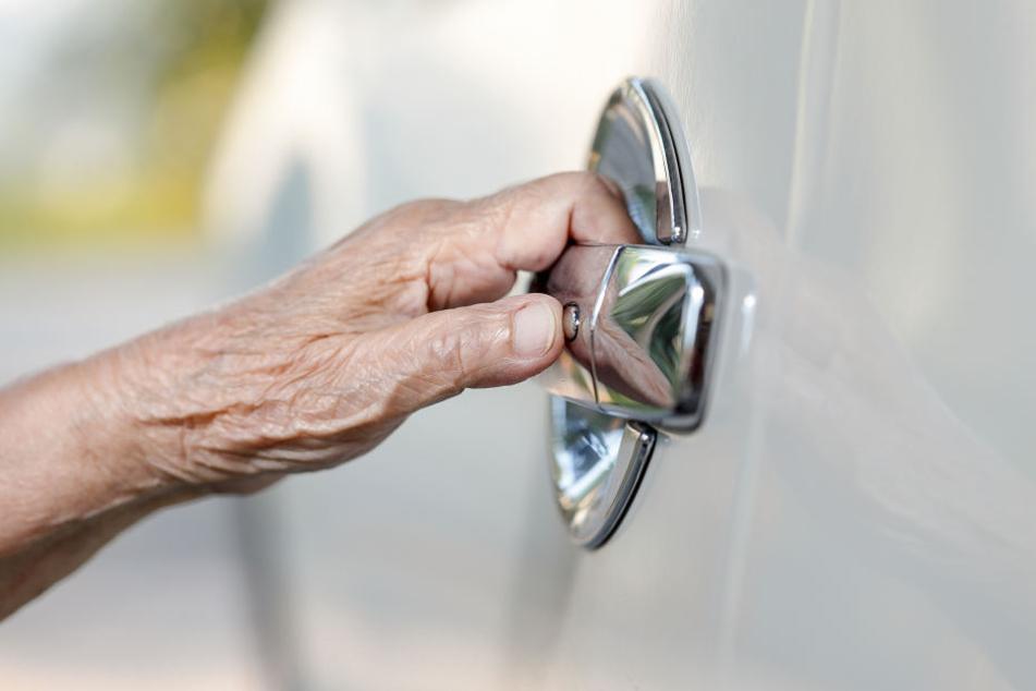 Unfassbar, was sich hinter der Autotür der älteren Frau befand. (Symbolbild)