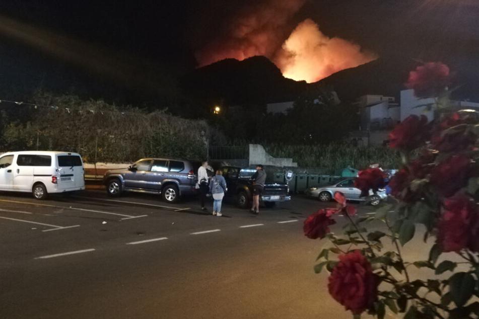 Der Brand war am Samstagabend nahe des Ortes Valleseco ausgebrochen und hatte sich schnell auf mehr als 400 Hektar ausgebreitet.