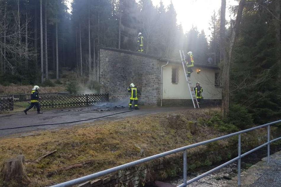 Feuerwehreinsatz in Neudorf: Zwei Container brannten völlig aus
