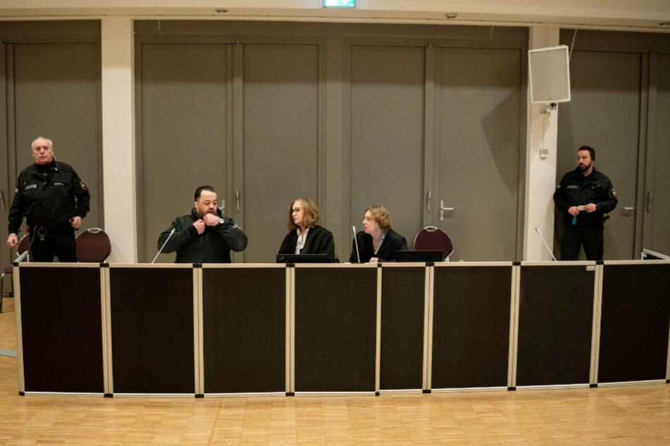 Der Angeklagte Niels Högel mit seinen Anwältinnen Kirsten Hüfken (rechts) und Ulrike Baumann im Gerichtssaal.