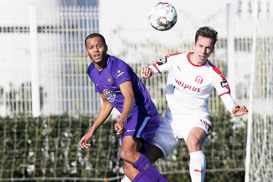 Neuzugänge unter sich: Veilchen-Kicker Samson und Halle-Neuling Pronichev, kürzlich noch beim FC Erzgebirge unter Vertrag.