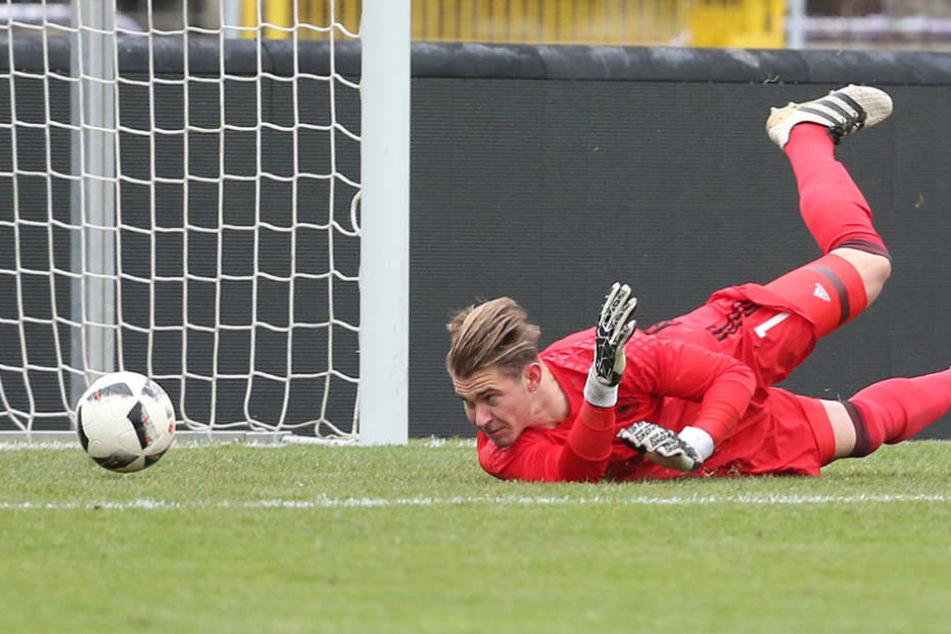 Da hatte der DFB-Torwart Nikolai Rehnen das Nachsehen. In der 32. Minute traf Aue zum 1:0.