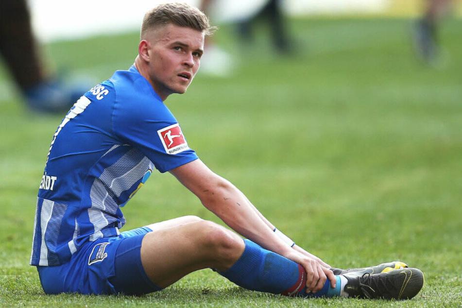 Maximilian Mittelstädt sitzt nach dem Schlusspfiff auf dem Spielfeld.