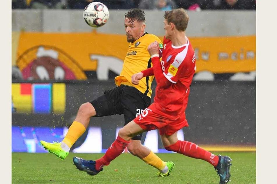 Patrick Ebert (l.) würde gern gegen Hochkaräter wie Bayern oder Dortmund spielen. Doch stattdessen muss sich der 31-Jährige mit Kiel zufrieden geben, wie hier im Duell mit Johannes van den Bergh.