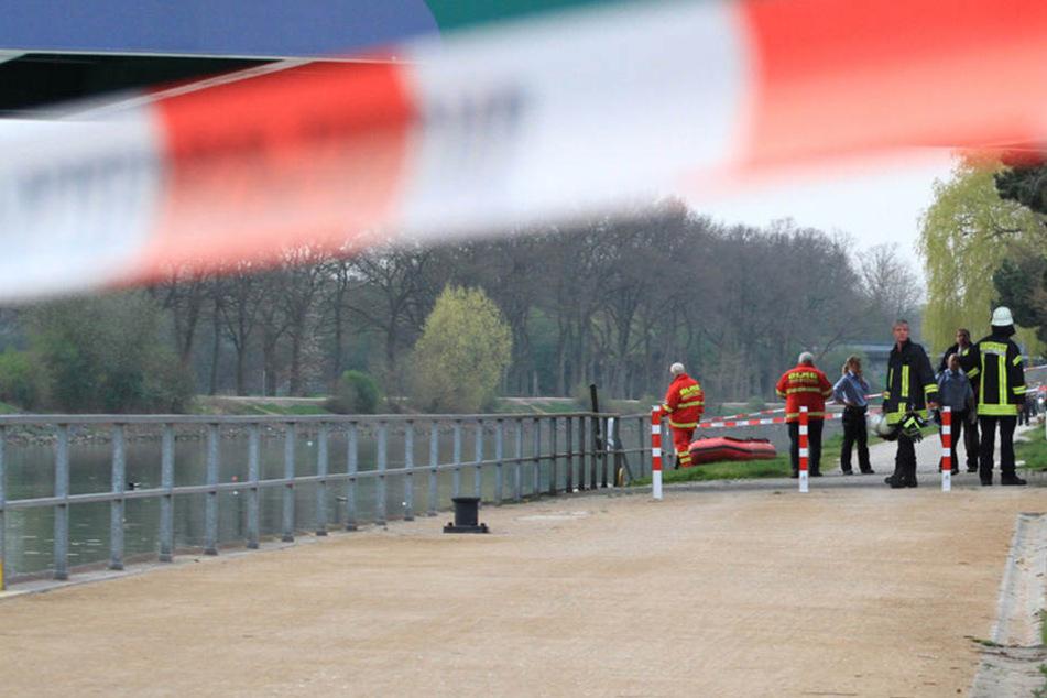 Sportwagen landet in Kanal: Fahrer stirbt