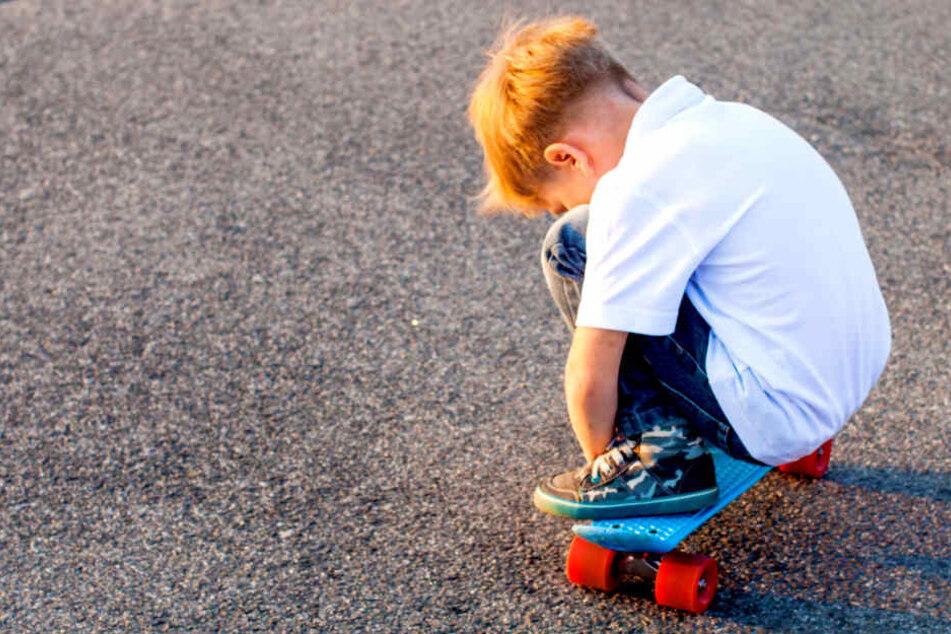 Junge (4) auf Skateboard von Auto erfasst!