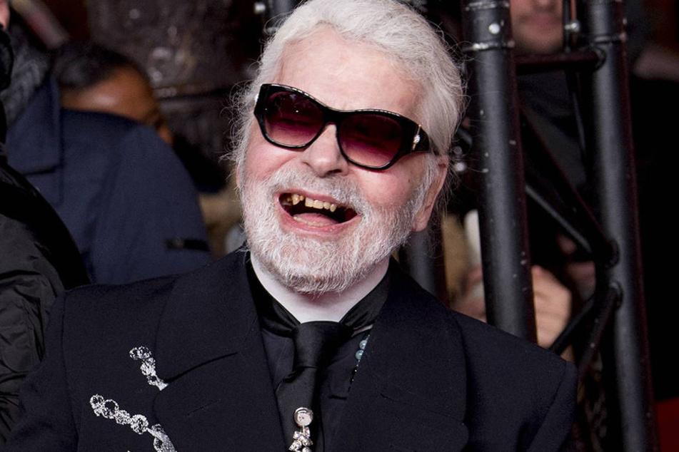 Karl Lagerfeld zeigt sich mit schlechten Zähnen