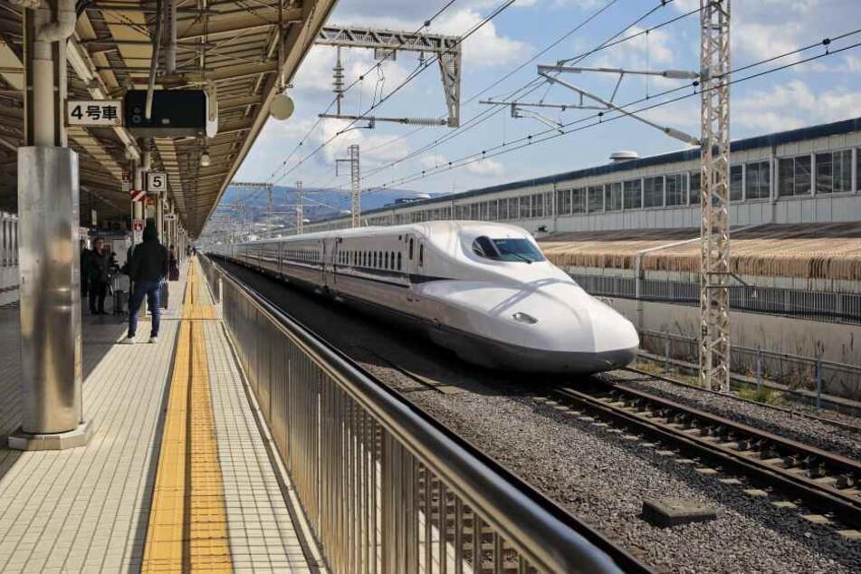 Tödlicher Angriff im Schnellzug: Mann sticht auf Fahrgäste ein