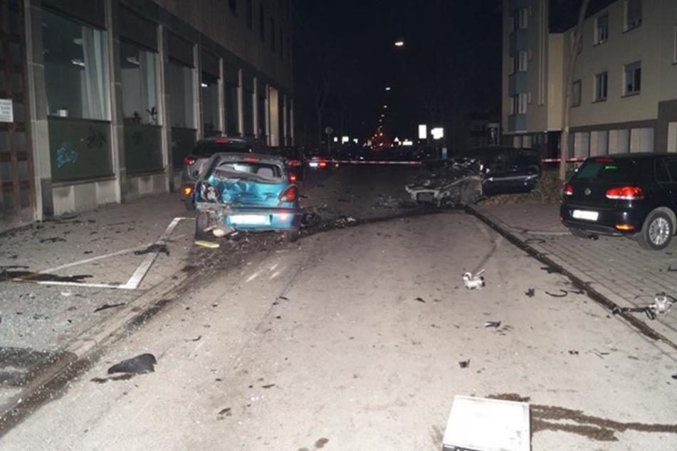 Der 22-Jährige verlor komplett die Kontrolle über sein Auto und demolierte mehrere Autos.