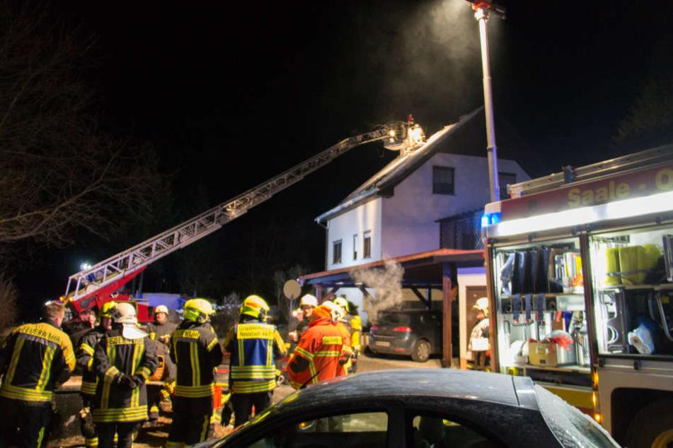 Die Feuerwehr konnte das Feuer im Dachstuhl recht schnell löschen.