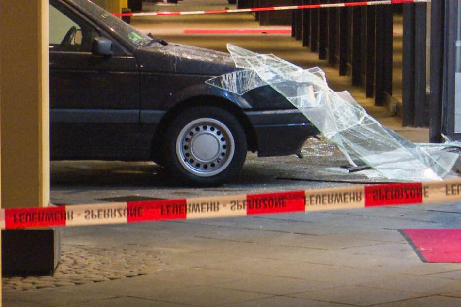 Mit einem gestohlenen VW Passat fuhren die Täter ins eigentlich gut gesicherte Schaufenster des Juweliers.