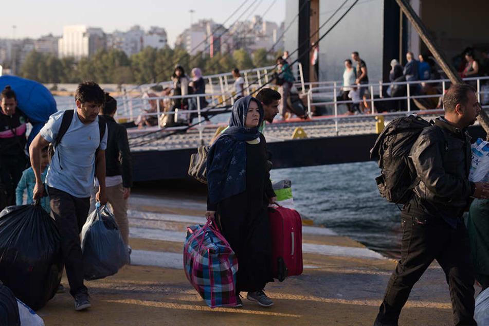 Noch immer strömen Dutzende Flüchtlinge und andere Migranten auf die überfüllten Inseln der griechischen Ägäis.