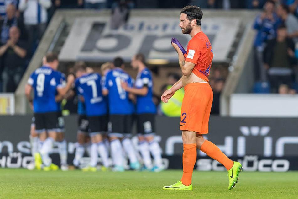Tim Hoogland (re.) konnte den Bielefelder nach dem 2:0 nicht beim Jubeln zuschauen.