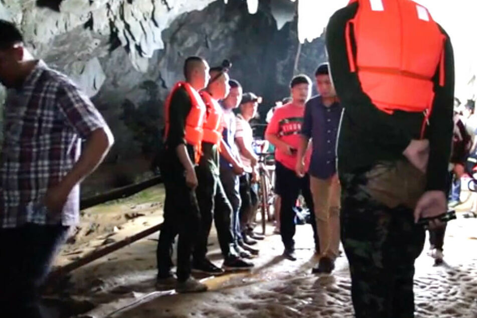 Eine Sturzflut versperrt den eingeschlossenen Kindern den Rückweg. Rettungsmannschaften sind deshalb im Einsatz.