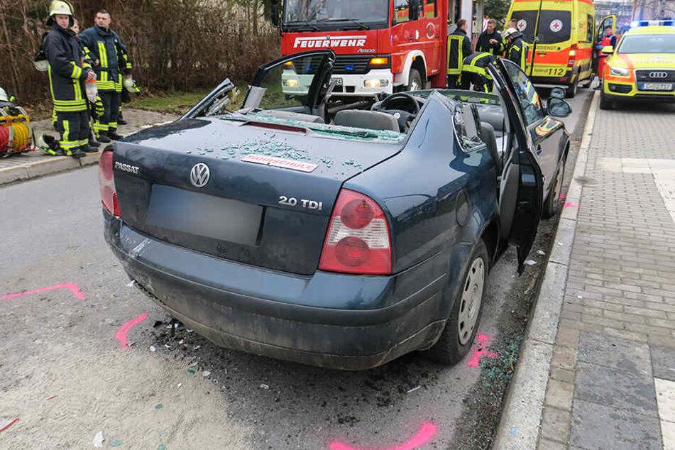 Für die Rettung musste das komplette Dach von dem VW entfernt werden.
