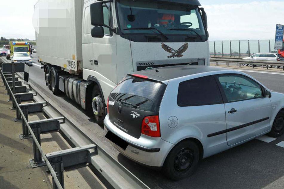 Stau-Wahnsinn auf A4: Laster schiebt VW Polo vor sich her
