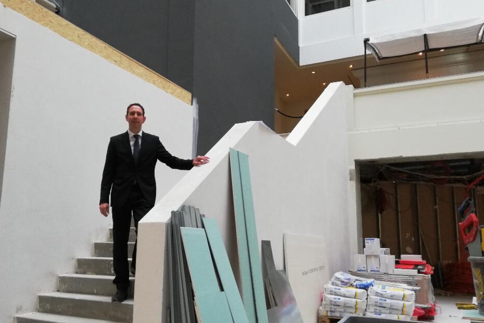 Hannes Dreher begutachtet von einer Treppe aus den Baufortschritt.