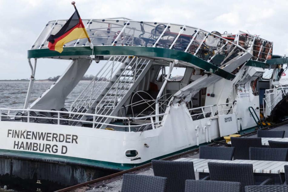 """Die Fähre """"Finkenwerder"""" steht stark beschädigt an einer Anlegestelle."""