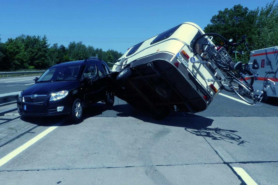 Vollsperrung! Auto kracht auf der A27 in Wohnwagen