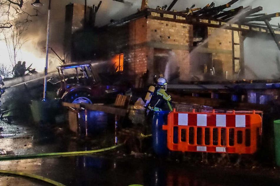 Scheunenbrand: Feuerwehr kämpft stundenlang gegen die Flammen