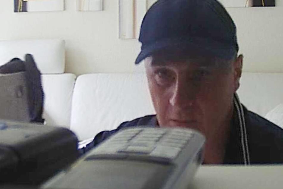 In flagranti fotografiert: Der unbekannte Einbrecher durchsucht das Wohnzimmer nach Beute.