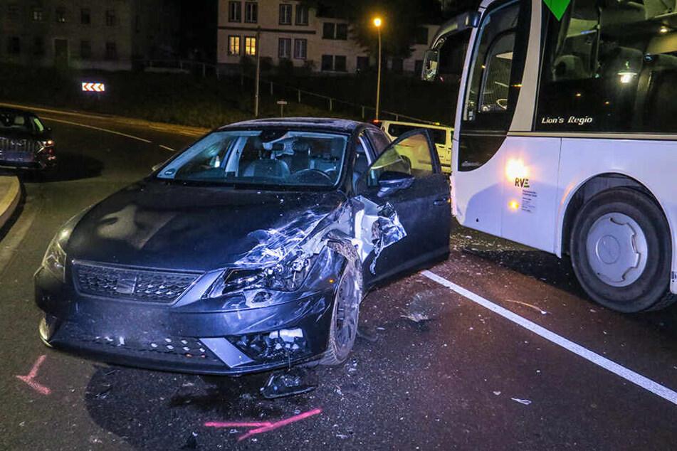 Schwerer Unfall: Auto kracht in Linienbus
