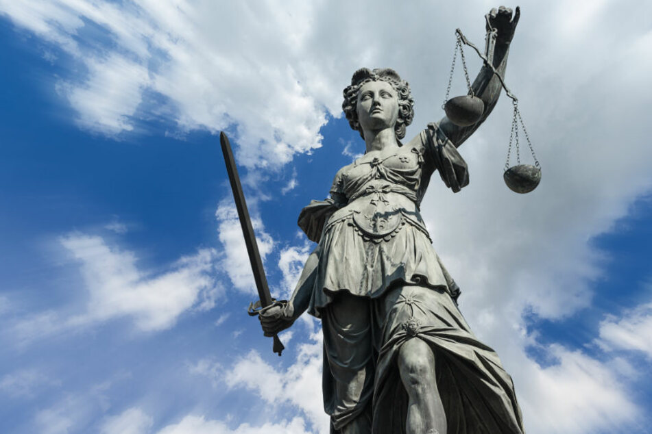 Die drei Täter müssen sich nun vor dem Gericht verantworten. (Symbolbild)