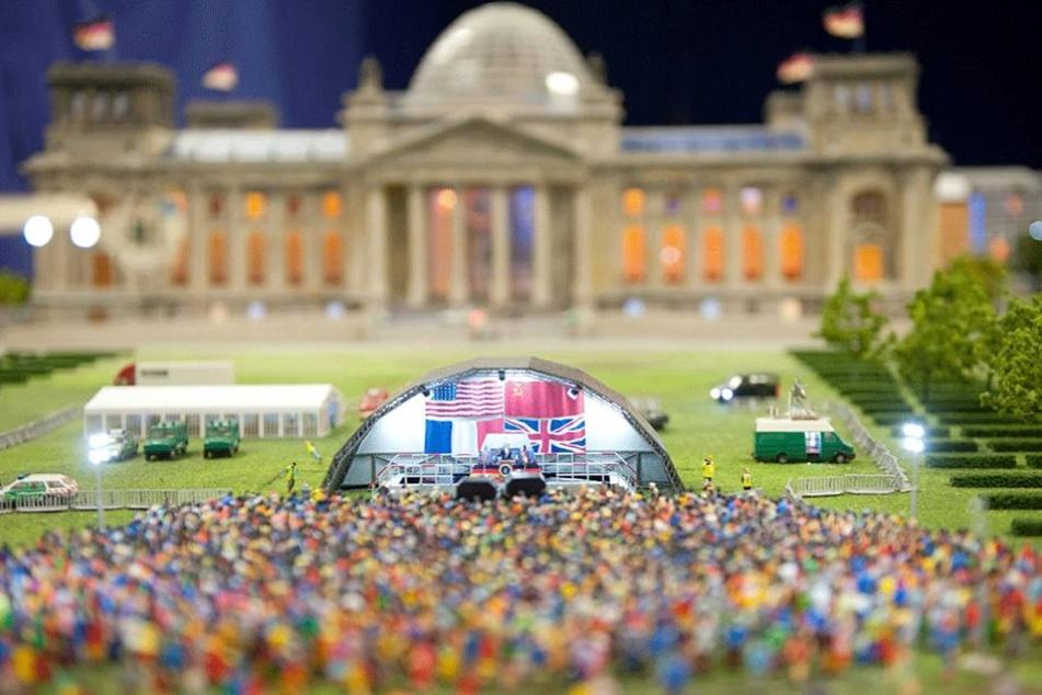 Der Reichstag, im Vordergrund ist der Besuch Ronald Reagans nachgestellt.