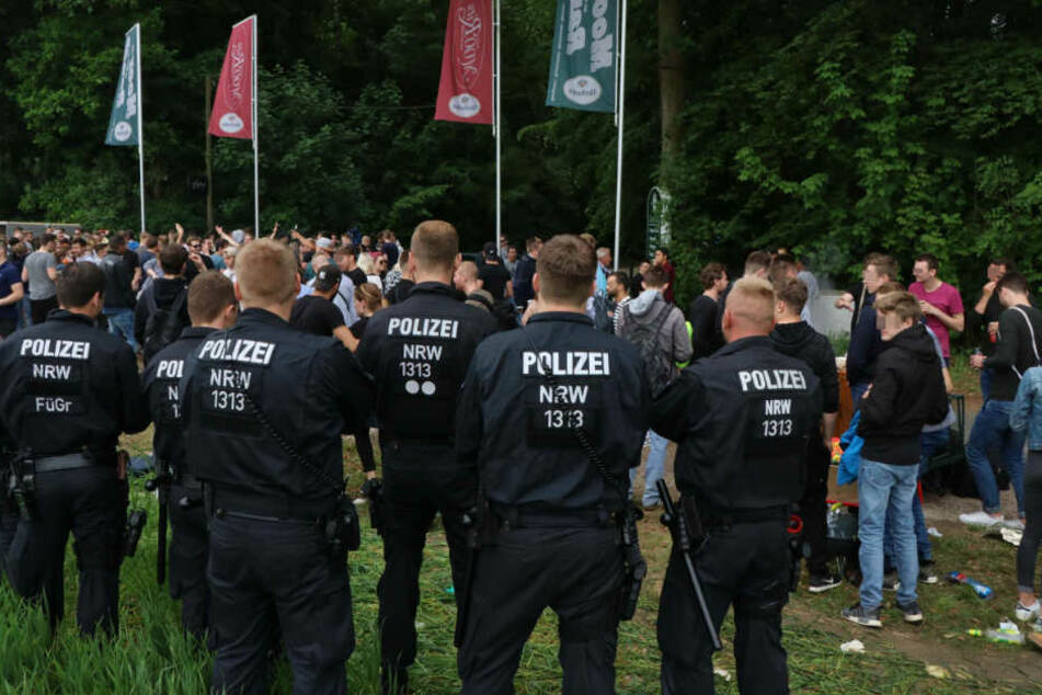 Einsatzkräfte aus Dortmund beobachten das Treiben auf der Moorstraße in Spenge.