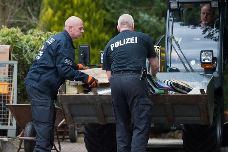 Bei der Durchsuchung auf dem Grundstück des mutmaßlichen Serienmörders stellen die Polizisten zahlreiche Gegenstände sicher. (Archivbild)