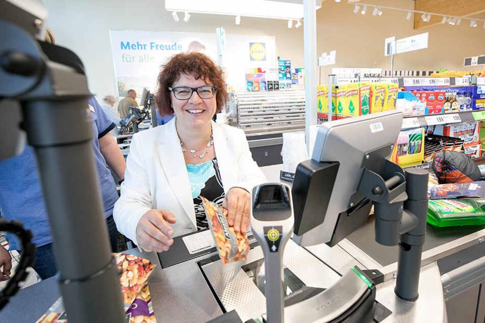 Kassierte kurz selbst, nahm so 750 Euro ein, die Lidl dann der örtlichen  Grundschule spendete: Radeburgs Bürgermeisterin Michaela Ritter (45,  parteilos).