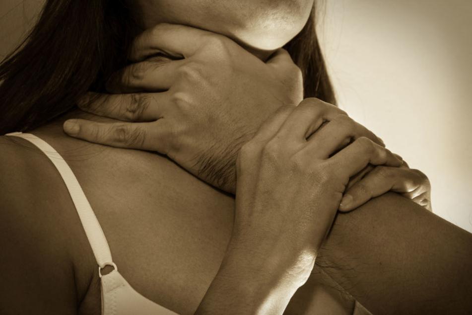 Frau verabredet sich zum Online-Date, dann wird sie vergewaltigt!