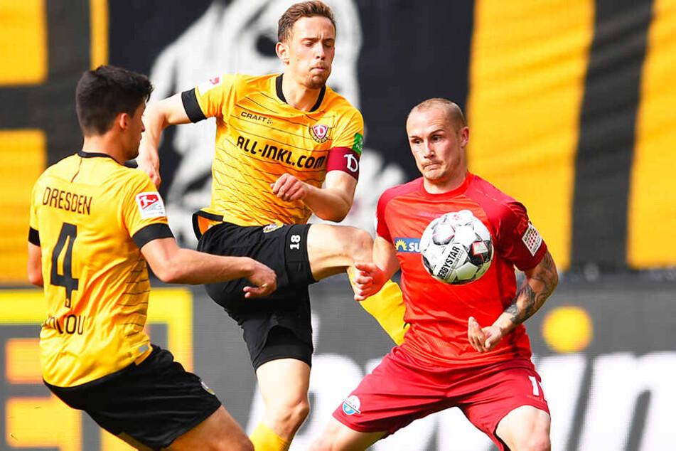Augen zu und durch! Kapitän Jannik Müller (M.) klärt gemeinsam mit Jannis Nikolaou (l.) vor dem Paderborner Sven Michel.