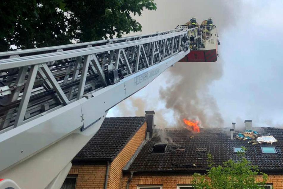 Mit einer Drehleiter versuchte die Feuerwehr den Dachstuhlbrand zu löschen.