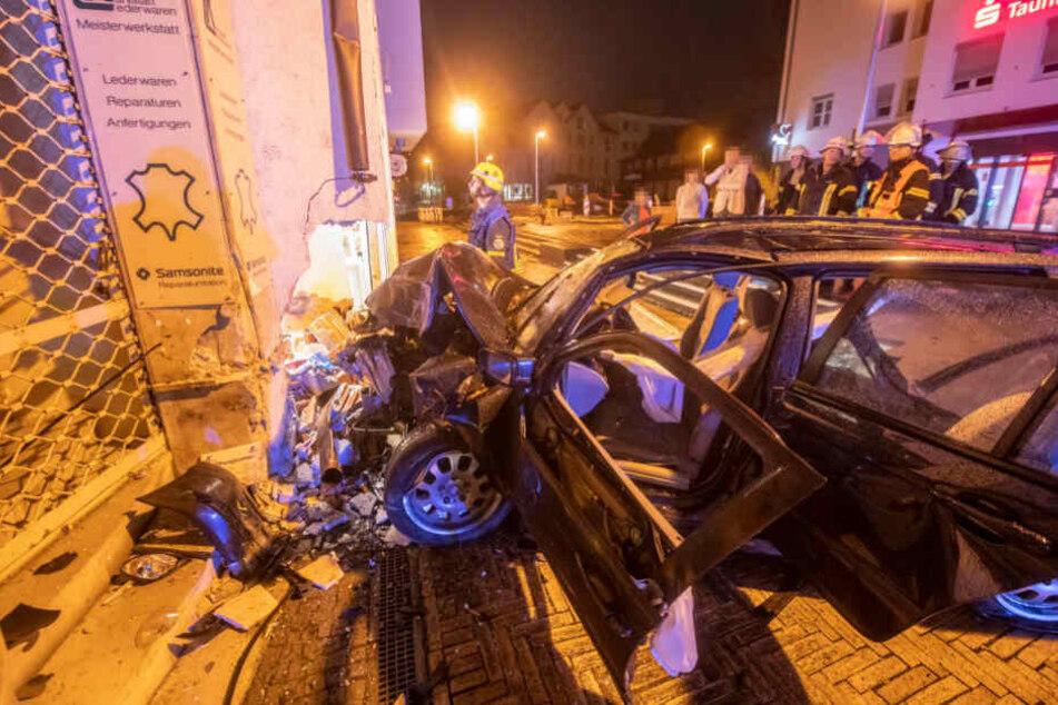 Beide Insassen des BMW 320d mussten in ein Krankenhaus gebracht werden.