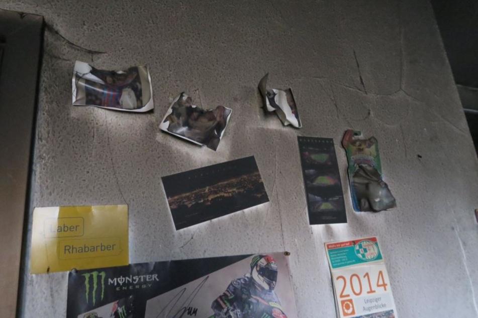Auch die eigentlich weißen Wände im angrenzenden Wohnzimmer sind komplett schwarz, Bilder hängen halb zerschmolzen nach unten.