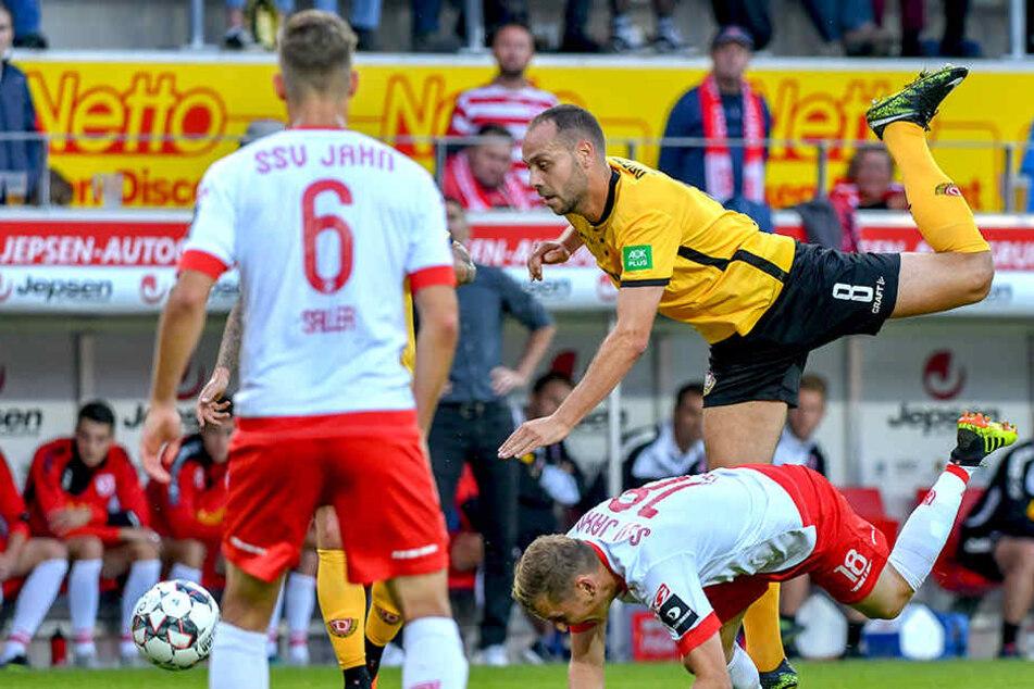 Mit vollem Einsatz behauptet sich Rico Benatelli im Zweikampf gegen einen Regensburger. Auch was das Ergebnis betrifft, behielt Dynamo die Oberhand.