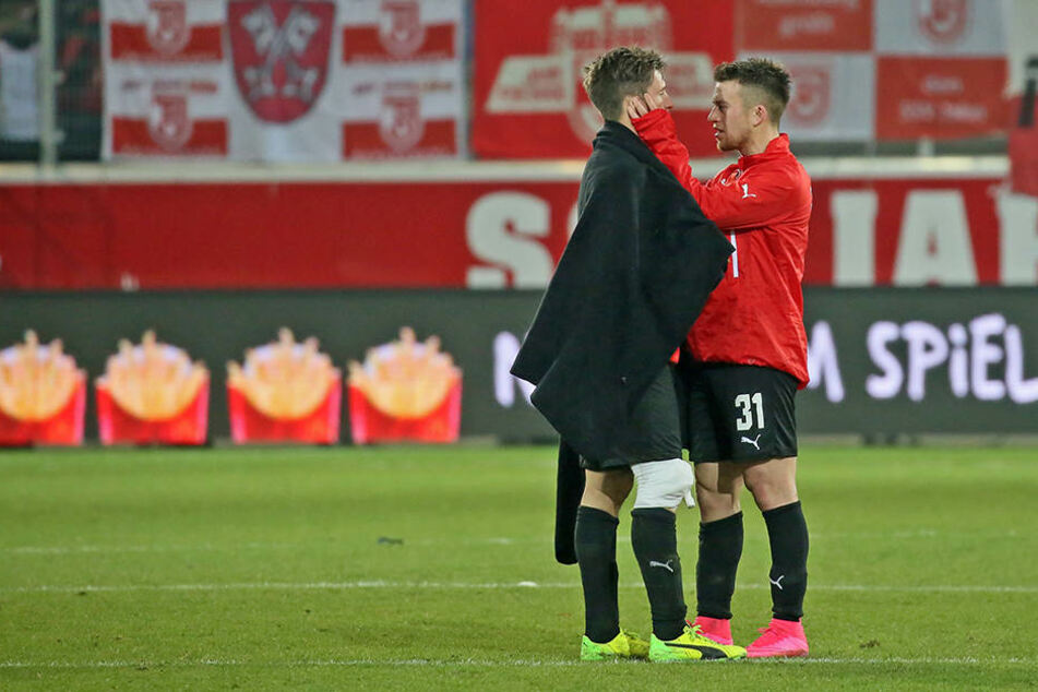 Nach dem Spiel tröstete Patrick Göbel seinen Bruder Christoph.
