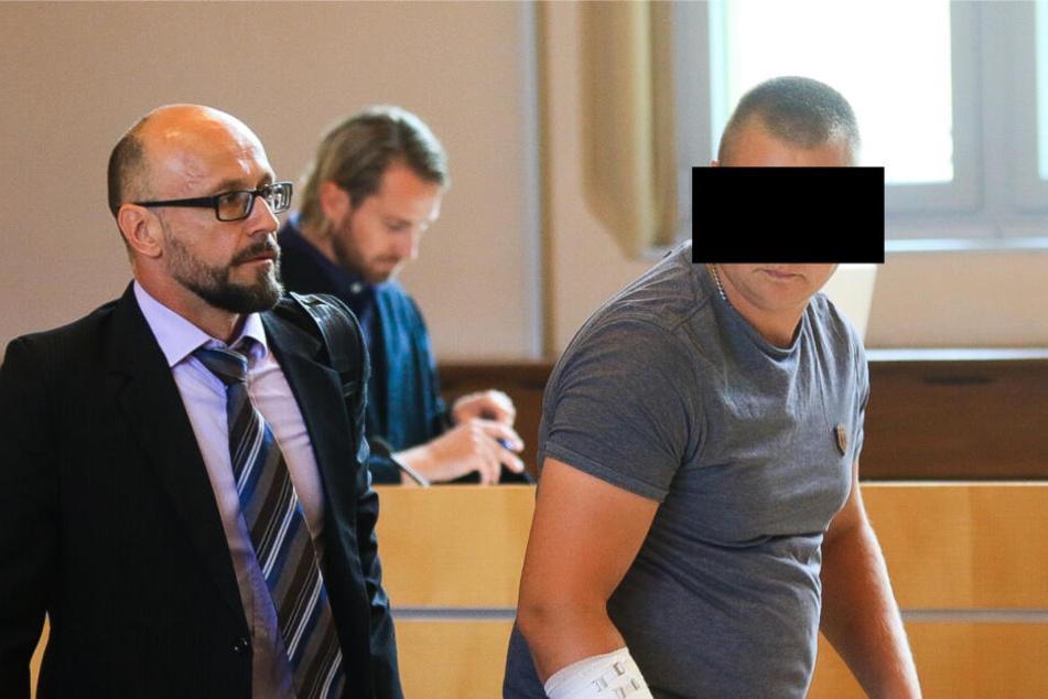 Der Angeklagte am Freitag mit seinem Anwalt im Gerichtssaal.