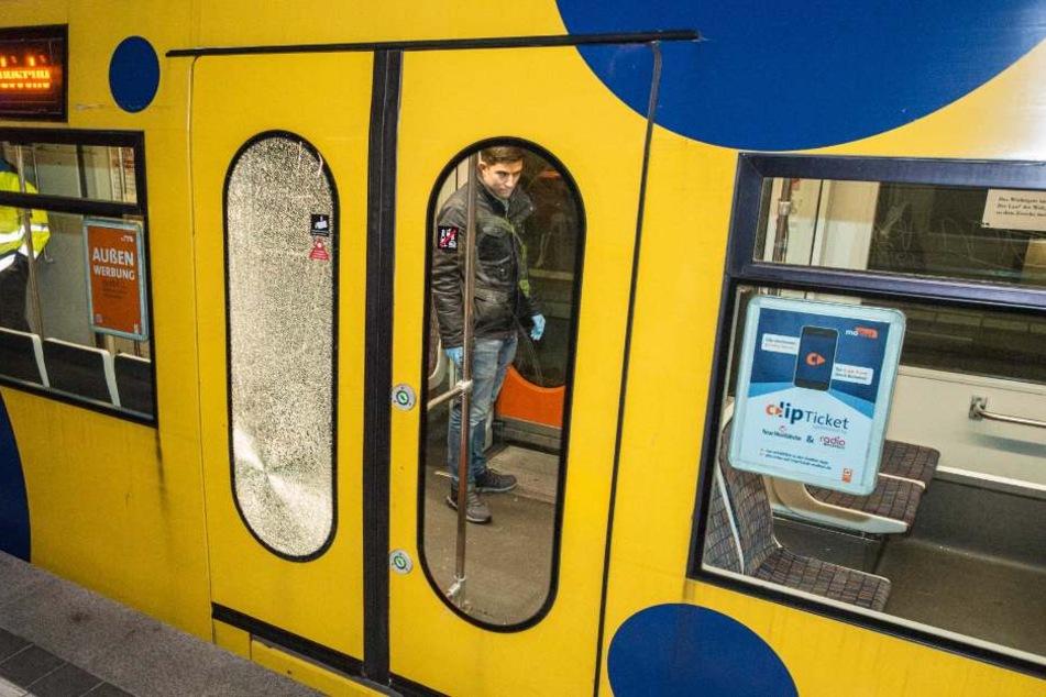 Die Fahrgäste hatten zuerst Schüsse vermutet, als die Scheibe brach.