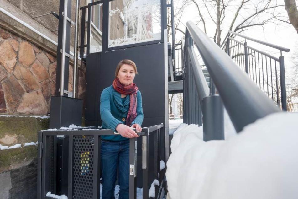 Josefine Rabe (30) vom Umweltzentrum freut sich über den neuen,  behindertengerechten Lift am Haus.